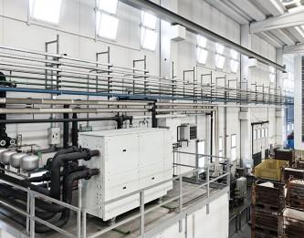 Pompa di calore geotermica, a servizio del raffreddamento sistema di processo, con recupero energia termica,